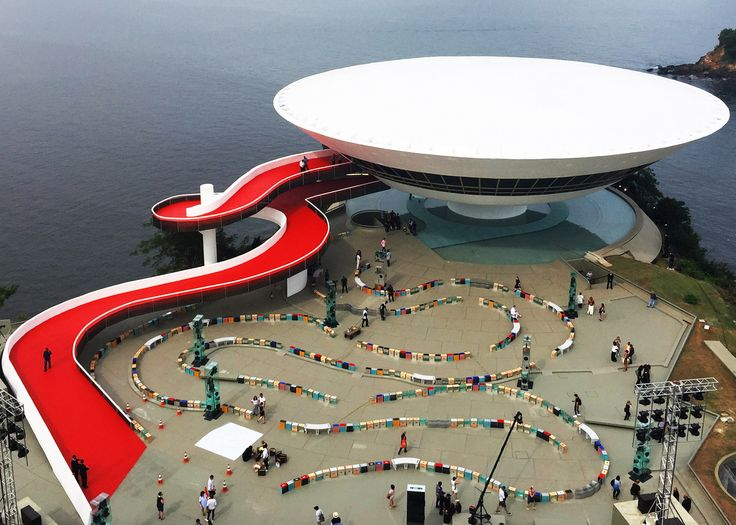 British set designer Es Devlin has created a twisting pathway around the Oscar Niemeyer-designed Museo de Arte Contemporáneo de Niterói for the Louis Vuitton Cruise Collection catwalk show.