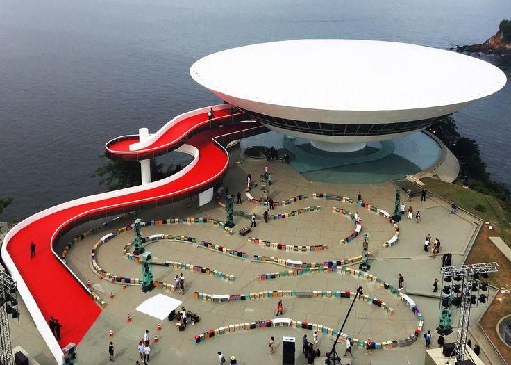 British set designer Es Devlin has created a twisting pathway around the Oscar Niemeyer-designed Museo de Arte Contemporáneo de Niterói for the Louis Vuitton Cruise Collection catwalk show.