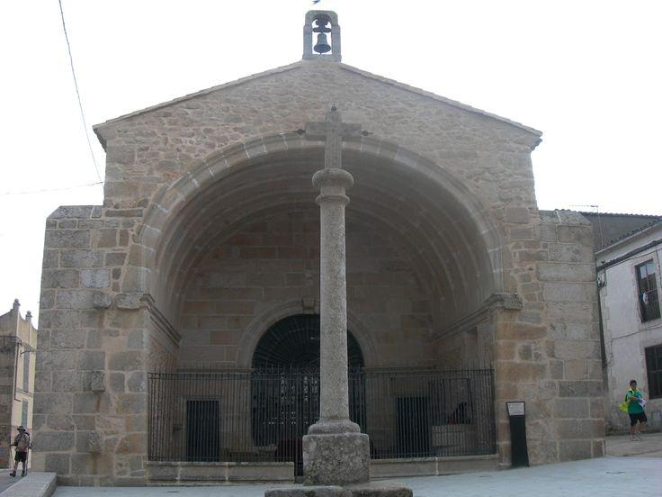 La Ermita y Crucro del Humilladero está en la calle que las une con la Ermita de San Sebastián. Por aquí desfilaron familias nobles como los Caballero, los Santiago y los Herrera.