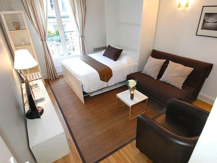 濃いブラウンを組み合わせると、高級感のあるラグジュアリーな雰囲気に。背の低い家具を多く使うことで視界が広がり、狭さを感じさせません。