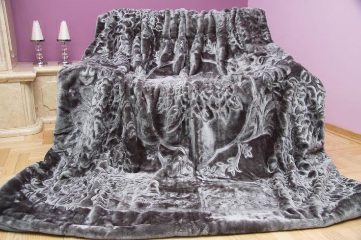 Sivá deka s kvetinovým vzorom