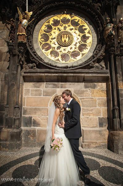 Свадебная пара возле пражского Орлоя.