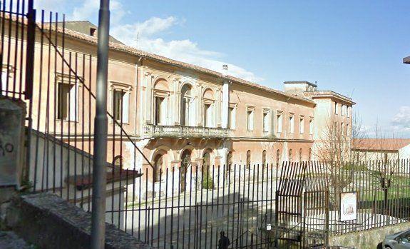 La mensa 'discutibile' del Liceo Europeo: l'acqua servita nelle 'brocche' e il monouso 'inesistente'