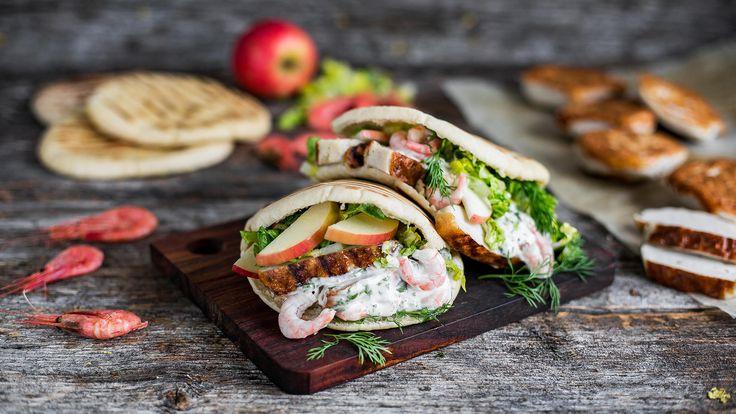 Fiskekaker passer utmerket som burger, men det passer også kjempegodt i pitabrød. Grill fiskekakene og legg dem i pitabrød sammen med salat, eple, persilleaioli og reker. Smakfull og enkel mat!