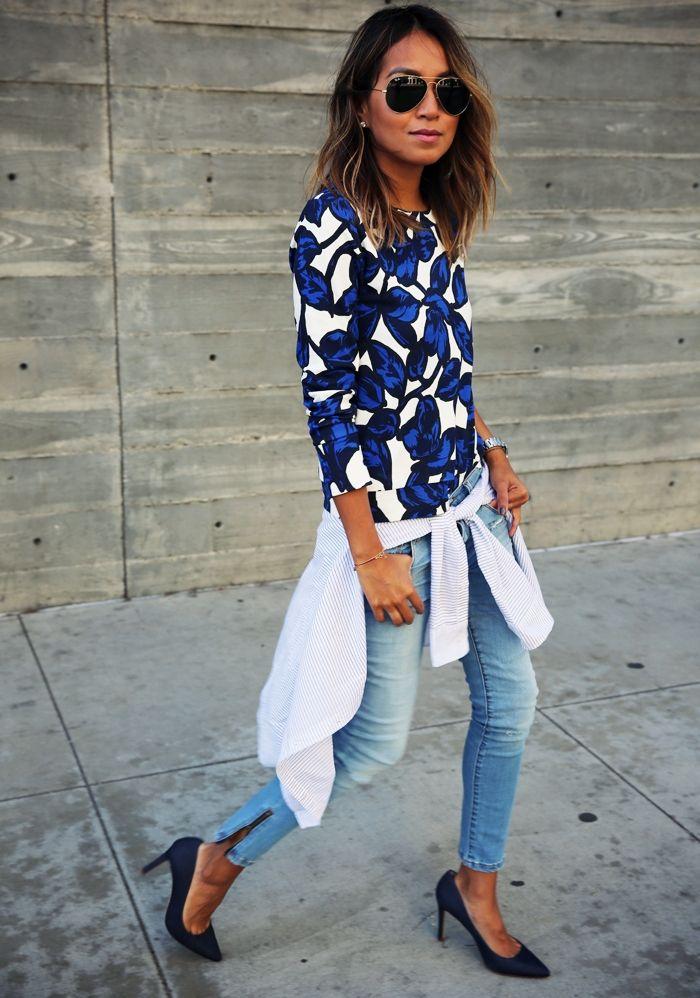 Top bleu et blanc à motifs + jean + escarpins noirs