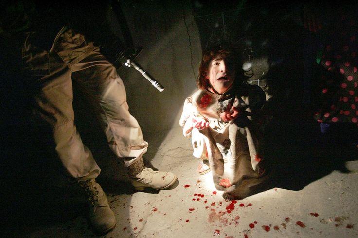 Chris Hondros ha cubierto las principales guerras africanas y asiáticas de la segunda mitad del siglo XX. En esta fotografía una niña llora la muerte de sus padres asesinados por el ejército estadounidense.