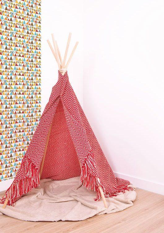 Chambre d'enfant : papier peint triangles LILIPINSO, tipi d'indien blanc et rouge