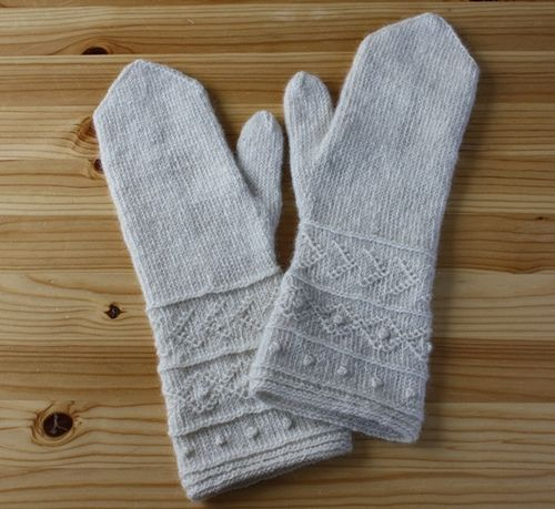 """These mittens are inspired by a pair of mittens I found in the """"Moenchguter Heimatmuseum"""" (= museum of local history) in Goehren on the island of Ruegen in Germany. You can see the original mittens on the last photo."""