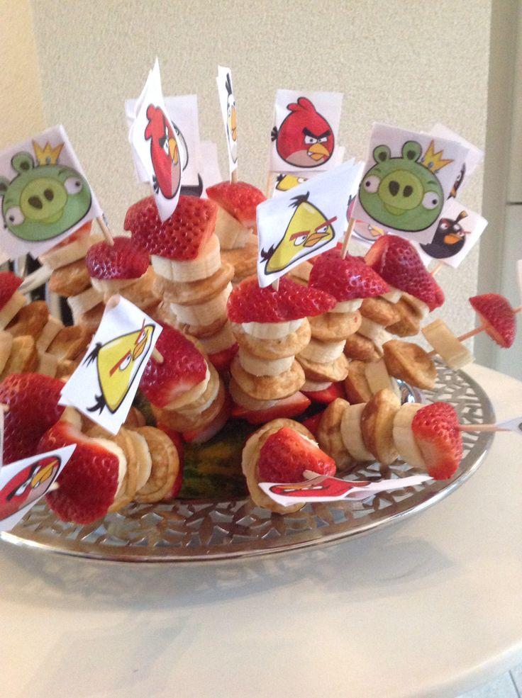 Lekkere angry birds traktatie. Poffertjes, banaan en aardbei. Viel erg in de smaak in groep 1-2!