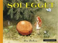"""Elsa Beskows nydelige historie om Solegget utkom første gang i 1932. Nå er.boken tilgjengelig i et nytt miniformat.  Det var en gang en liten alvepike som bodde i et hult tre i skogen. Alvepiken og fuglene i skogen var bestevenner. Straks hun så et egg falle ut av et rede, skyndte hun seg å klatre opp til fuglemammaen med det. En dag da alvepiken ruslet rundt i skogen, fikk hun øye på noe stort og gult og rundt som lå i gresset.  """"Nei, for et stort egg!"""" tenkte hun. """"Hvor i all verden kan…"""