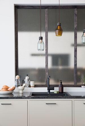 Köksinspiration. Modernt kök med köksö från Ballingslöv. Köksluckan Bistro i färgen Ostronbeige | Ballingslöv