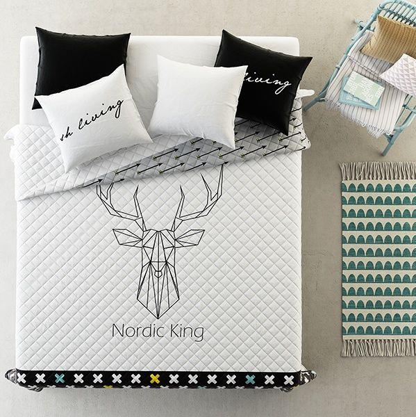 Modna biała narzuta do sypialni ze szkicem jelenia