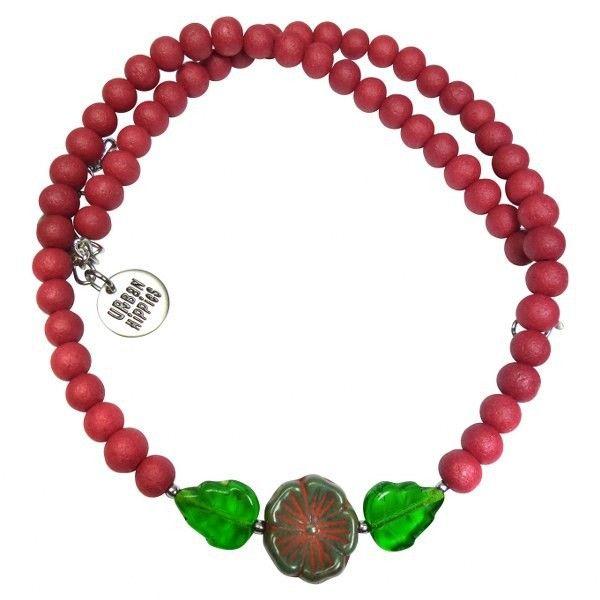 Een korte ketting van cranberry kleurige glazen kralen en een bloemetje. Op werkdagen voor 21.00 uur besteld, de volgende dag in huis.