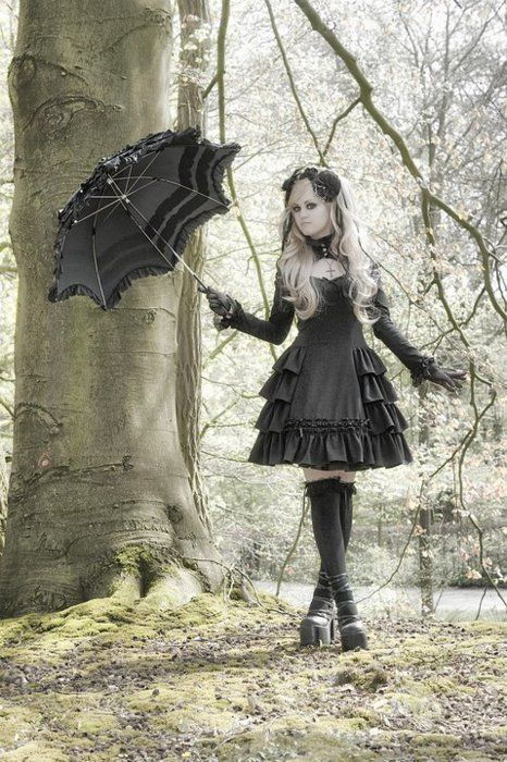 Gothic Lolita outfit with parasol. So pretty, I love everything about it!
