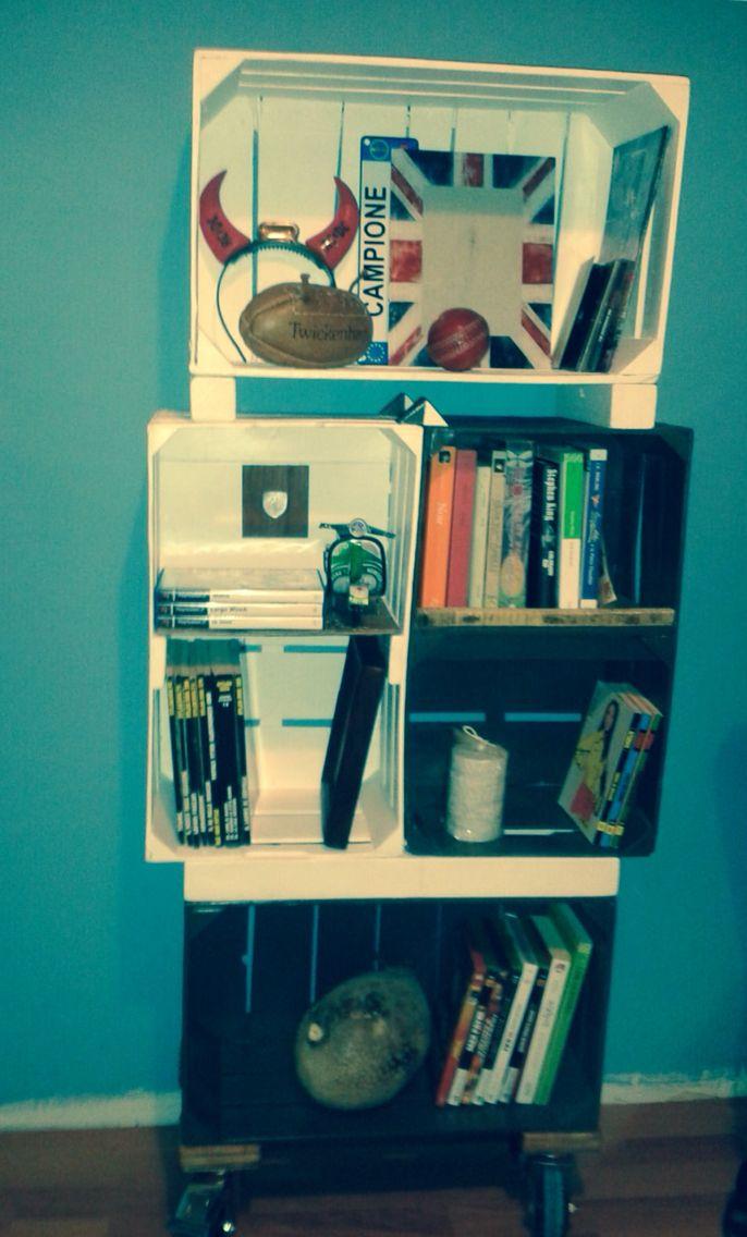 Crates Bookcase on wheels. Libreria con casette della frutta.