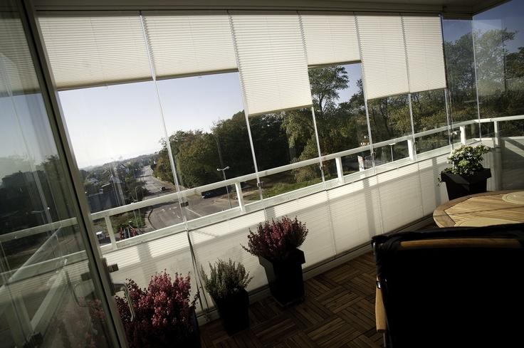 Plisségardinen monteras enkelt med ett klickfäste som passar alla ledande balkongtillverkares profiler.