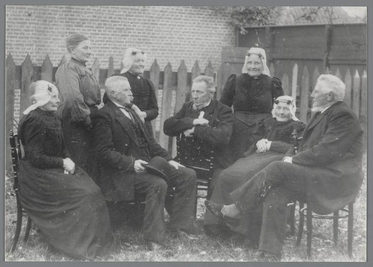 Een groep van vijf vrouwen en drie mannen, waarvan vier vrouwen gekleed zijn in Noord-Hollandse streekdracht De vijfde vrouw draagt modekleding, evenals de drie mannen. #NoordHolland