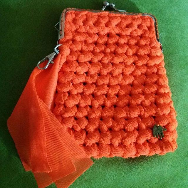 Monedero listo!! 👛 Naranjo fluo, pedido de Ana. Será la más eléctrica al momento de pagar ☇👌  Con forro y gancho para las llaves.    HAZ TU PEDIDO!!! 📌⤴ Se viene nuestra página web, con muchas sorpresas!!! 💻   www.santotejido.cl   #handmade #santotejido #narajofluo #crochetxl #ganchillo #tejerhacefeliz #telaligera #vendanvendanvendan
