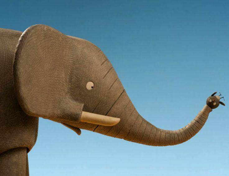 Temba explique à Dimitri à quoi sert sa trompe pour respirer. Parce que Dimitri pense d'abord que sa trompe sert surtout à arroser les autres animaux quand il fait trop chaud. En fait, la trompe de l'éléphant lui sert à respirer et à sentir. Il peut aussi transporter de la nourriture avec sa bouche. En fait, la trompe de l'éléphant c'est comme le nez des humains sauf qu'ils ne peuvent pas jouer au ballon avec,...