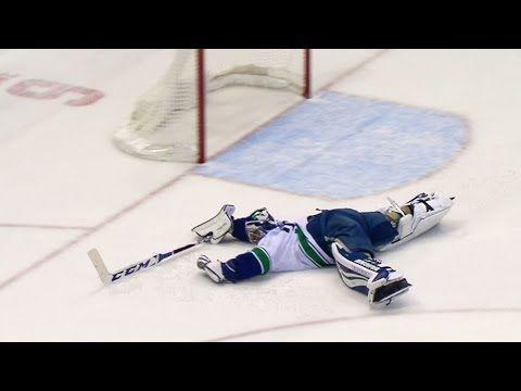 Вратарь НХЛ поехал меняться на полевого игрока. Но в последний момент вернулся и спас ворота — Meduza