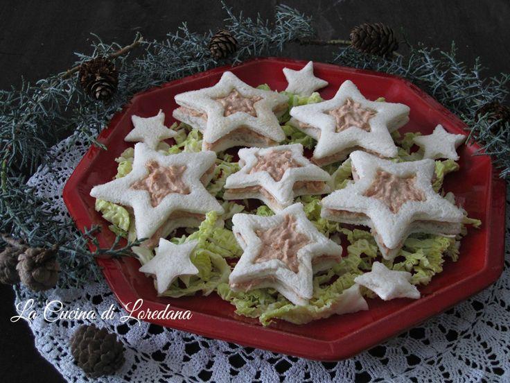 Semplici e sfiziose Tartine al salmone sotto forma di graziose stelline, ideali per un delizioso antipasto anche sulla tavola delle Feste