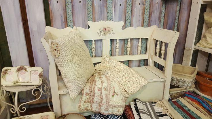 Vintage pad. Tömör fa, kézi festésű vintage  múlt idéző bútor.