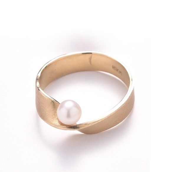 メビウスの輪のように無限にループするリングにアコヤパールをあしらったデザインシルバー925に18金のコーティングを施しております。アコヤパールは質の高いものを選んでおりますので一層輝くリングになっています。※パールの色は自然のものなので写真と多少異なる場合がございます。珠のサイズや色、形等は仕入れの状況により多少異なる場合がございます。ご了承くださいませ。(ニッケルは入っておりませんが金属アレルギーをお持ちの方はご使用の際十分ご注意下さい。)SV925(K18メッキ) アコヤパール:4~5mm前後リングサイズ:約11号・約13号(ハンドメイドの為多少の誤差有)をご用意していますので、ご希望のサイズをメッセージに添えてご購入お手続きお願い致します。