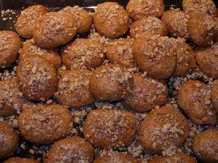Κοινοποιήστε στο Facebook Υλικά Για το σιρόπι 500 γρ.νερό 800 γρ. ζάχαρη κρυσταλλική 150 γρ. μέλι 3 στικ κανέλας 3 ολόκληρα γαρίφαλα 1 πορτοκάλι κομμένο στη μέση Υλικά – μείγμα 1 400 γρ.χυμό πορτοκαλιού 400 γρ.σπορέλαιο 180 γρ.ελαιόλαδο 50 γρ....
