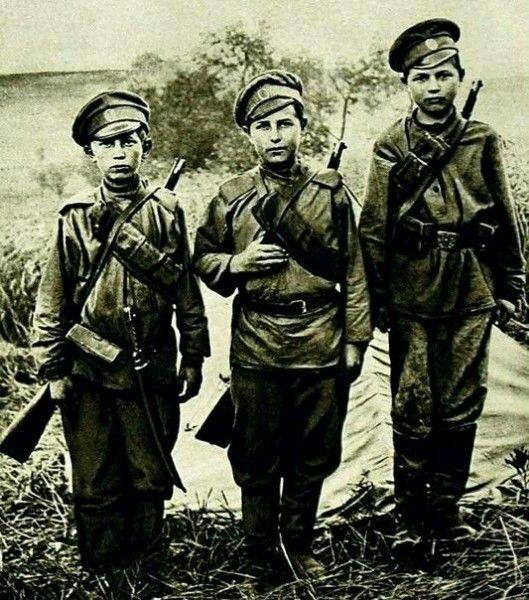 Три бойца... Первая мировая война...По сабле кто подскажет?