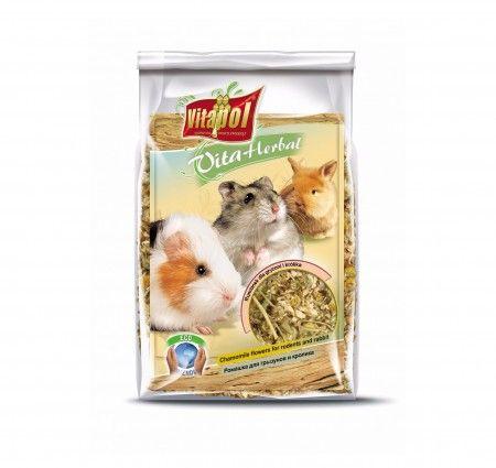 Vitapol VitaHerbal rumianek dla gryzoni i królika. Mieszanka paszowa uzupełniająca dla gryzoni i królika na bazie kwiatów rumianku, bogata we włókno, witaminy i minerały. Smakowita przekąska stanowiąca wsparcie codziennej diety, wzmacniająca odporność, poprawiająca kondycję zwierząt i działająca przeciwbakteryjnie. Dodatkowo, przez wzgląd na zastosowany rumianek poprawiająca apetyt i usprawniająca procesy trawienne.