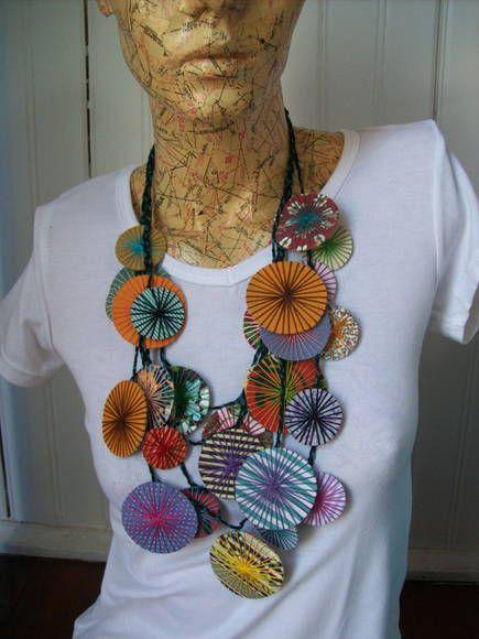 Colar com pastilhas de tecido e linhas de crochê, Super leve e de grande efeito pra usar com qualquer cor de roupa.