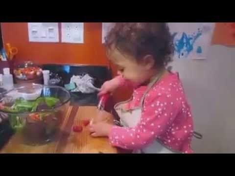 Çocukların daha fazla sebze yemesini sağlamak için yemek yaparken onları da işe dahil edebilirsiniz. Eline verdiğiniz plastik tırtıklı bir bıçakla sebzeleri ...