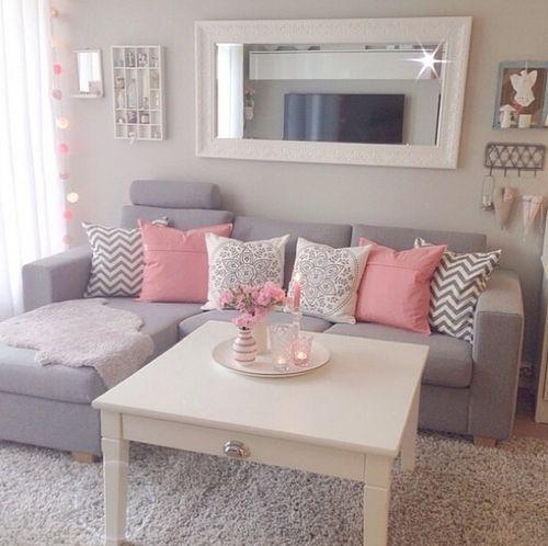 Decoração de sala de estar em rosa e listrado.