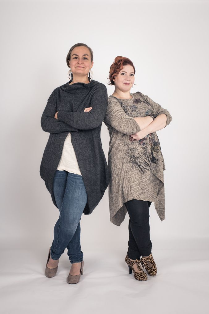 Hei! Olemme UniikkiÄänen kouluttajat Bianca Hösli ja Tua Hakanpää ja olemme äänenkäytön monipuolisia asiantuntijoita – laulupedagogeja, puhetekniikan opettajia ja ihmisäänen tutkijoita. Tutustu meihin paremmin UniikkiÄänen nettisivuilla.