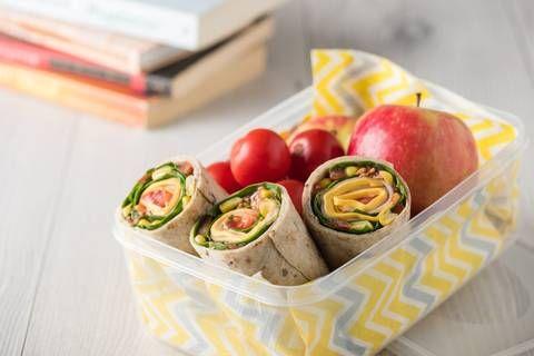 Zum Mittag in die Kantine oder zum Imbiss nebenan und einfach irgendwas essen? Nicht, wenn ihr gut vorbereitet seid und euch euer leichtes, gesundes Lunch selber mitgebracht habt. Diese Veggie-Wraps sind schnell und einfach zubereitet und schmecken ganz hervorragend, ohne zu beschweren. Zum Rezept: Veggie-Wraps mit Frühlingsquark