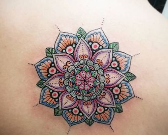 immagine-tatuaggio-mandala-colorato-sulla-schiena - Lei Trendy