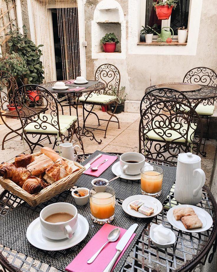 Our favorite part of the day - homemade breakfast 😋🙌🏻❤️ в нашем отеле каждый день подают разный завтрак ✨ сегодня хозяйка испекла домашние круассаны и pain au chocolat 😍 #france #honeymoon #corsica