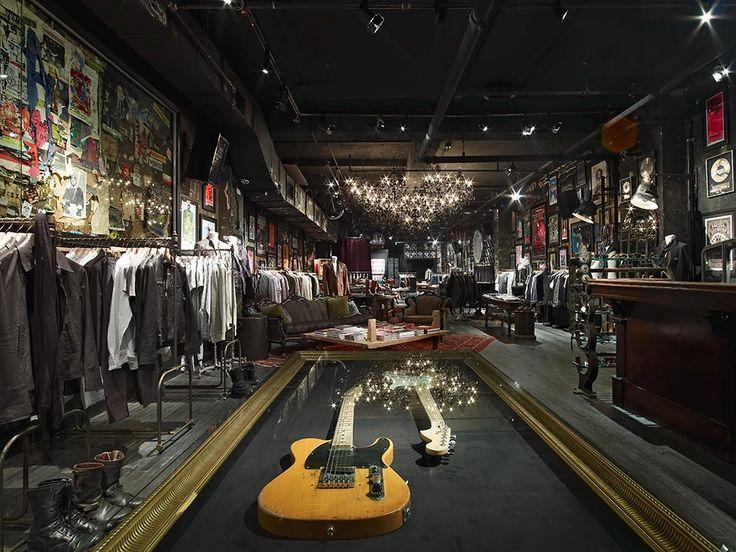 Tienda de Ropa y zapatos John Varvato se puede observar claramente la variedad de texturas, se manejan con un estilo en y tema especifico. New York