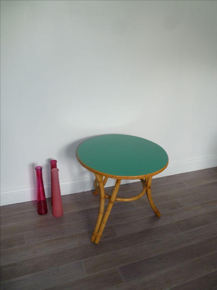 Petite table basse en rotin. Plateau relooké sur les deux face en Vert Émeraude, pieds vernis d'origine. Prix: 85 €