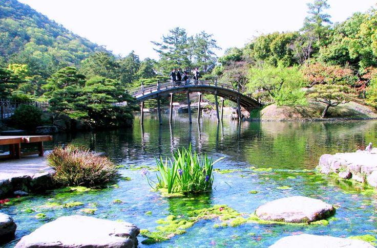 日本の庭園と言えば日本三名園である、金沢市の兼六園、岡山市の後楽園、水戸市の偕楽園の三つが有名ですが、実はそれを上回る魅力を持つと言われる高松市の栗林公園を皆様ご存知でしょうか?この庭園、かの『ミシュラン観光ガイド』で「わざわざ訪れる価値のある場所」として最高評価である3つ星を得ているんでう。国内外問わず非常に高い評価を得ている実に美しい庭園の見どころを今回はご紹介いたします。1.栗林公園と...