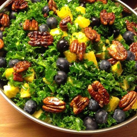 Opskrift: (4 personer) 200g fint snittet grønkål 2 håndfulde friske blåbær 2 spsk agavesirup 3 spsk god olivenolie 1,5 spsk æble eddike 1 tsk spidskommen 1 tsk kanel 3 appelsiner 100g pecannødder Salt og peber Fremgangsmåde/ Pecannødder: Hæld pecannødderne på en varm pande, og lad pecannødderne riste. Skrig lidt ned for varmen, og kom 1/2 …