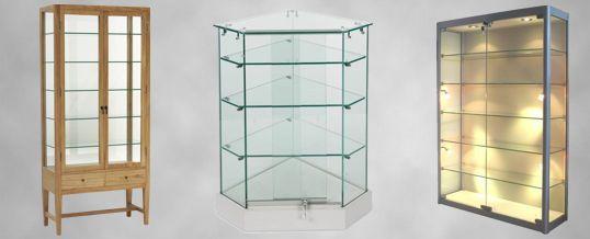 vitrinas:son expositores donde los productos están separados de los clientes mediante un cristal . En este caso en estas tres imágenes..