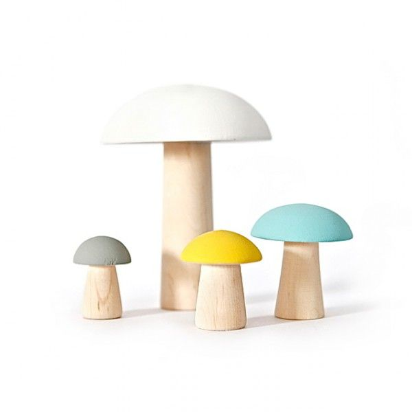<p>Famille de 4 champignons décoratifs en bois, 4 tailles et 4 couleurs différentes peintes à la main, design Briki vroom vroom. On aime son côté décoratif et l'association des couleurs.</p>