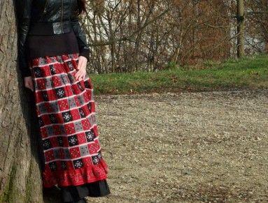 Dvouvrstvá kanýrová sukně inspirovaná viktoriánskou dobou  Spodní díl tvoří spodničku, vrchní díl lze nosit skasaný a nebo pomocí šňůrek na bočních dílech vykasaný nahoru, lze regulovat libovolnou délku vykasání.  Lze použít na běžné nošení i jako kostým na dobové trhy a podobně.  černá spodnička je ze silnějšího bavlněného plátna, vrchní sukně ušita z indického bavlněného sárí barvy červené, černé ,bílé a šedé  v pase na stahování šňůrkou  Velikost M - L  v pase v klidovém stavu obvod 102…