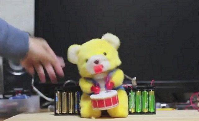 太鼓を叩くクマの玩具にプラズマダッシュモーターを搭載し12Vで動かしてみた結果…
