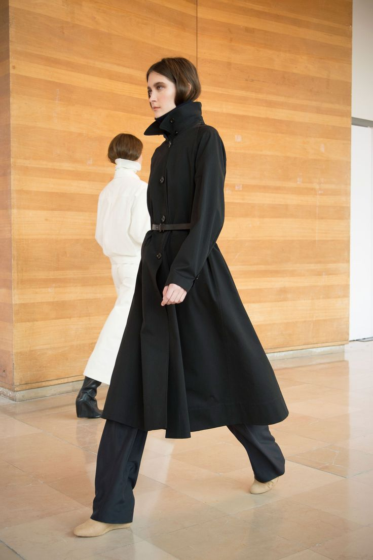20. Trench coat in water repellent cotton bachette / Elasticated pants in washed silk / thin belt in leather / Boots in calf leather