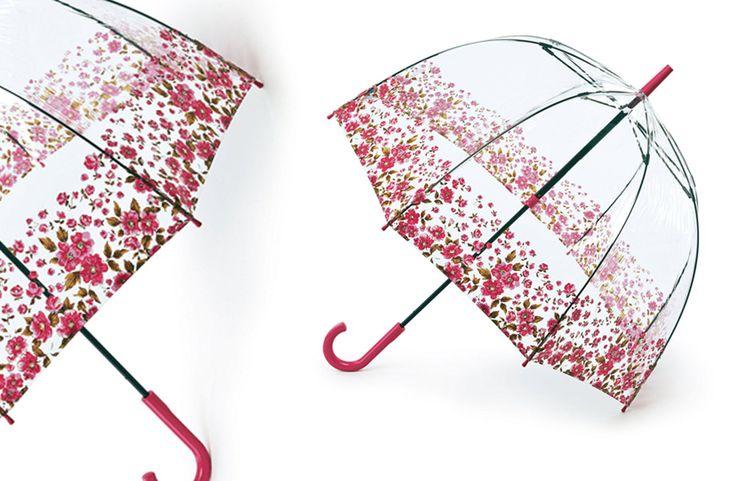 El paraguas transparente que arrasa entre las famosas