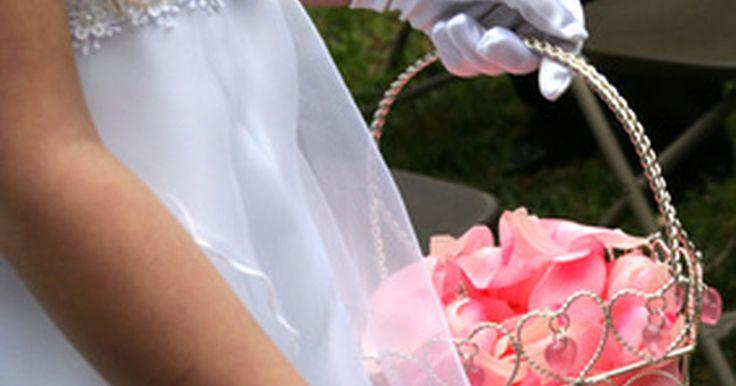 ¿Por qué la dama de honor esparce pétalos?. La tradición de la boda de una dama de honor posee una naturaleza simbólica. La joven niña, usualmente vestida con un vestido blanco, representa la pureza. Ella camina hacia el altar frente a la novia esparciendo pétalos de flores, los cuales simbolizan la fertilidad. Los pétalos usualmente provienen de rosas rojas. El rojo es un color vibrante ...