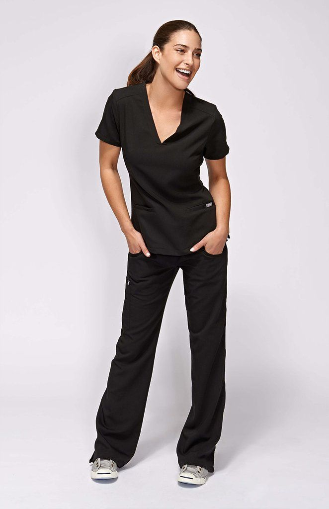 With stretch fabric and three pockets, the women's Casma scrub top is ready for busy days. Part of FIGS' Technical collection of tailored-fit scrubs.