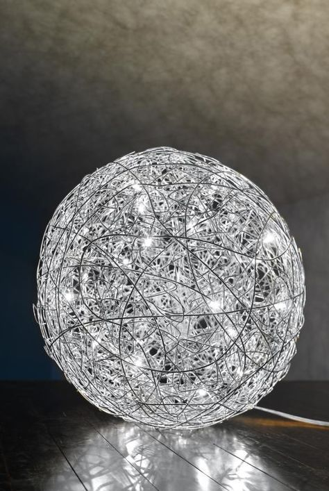 Catellani & Smith Fil de Fer: Die Bodenleuchte mit integriertem Dimmer besteht aus vielen, von Hand liebevoll verflochtenen Aluminiumdrähten, gespickt mit zahlreichen LED-Lichtquellen. Ihr glitzerndes Lichtspiel verzaubert und sorgt für ein angenehmes Wohlfühllicht im Raum. #bodenleuchte #innenleuchte #drinnen #leuchte #lampe #kugel #silber #led #glitzer #weihnachten #inspiration #gemütlich #kuschelig #deko #catellanismith #fildefer #wohnzimmer #galerie #flur #schlafzimmer #reuter #reuterde